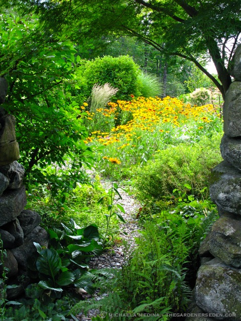 sunlight on the garden For a garden to be considered full sun, it does not necessarily need to be in direct sunlight for all the hours of daylight a garden is considered the full sun as long as it gets at least 6 full hours of direct sunlight.